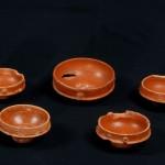 """Coppetta in ceramica sigillata tardo italica provenienti dalla """"stanza dei colori"""", particolare del bollo"""